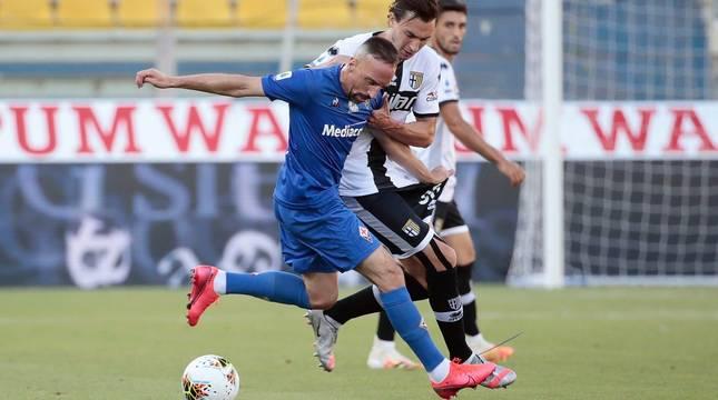 Franck Ribéry y Matteo Darmian, en el partido Parma-Fiorentina.