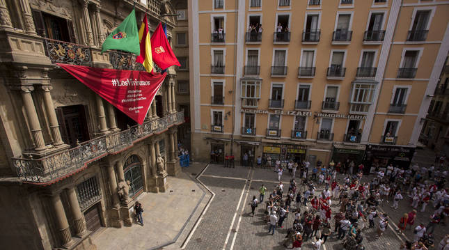 El Ayuntamiento de Pamplona despliega un gran pañuelo en la Casa Consistorial
