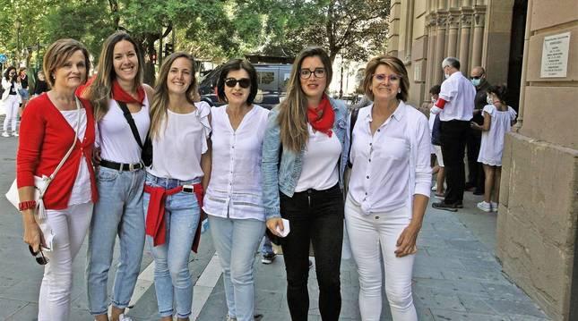 Foto de Ana Baztan, Sara Baztan, Begoña Goñi, Mari Cruz Goñi, Isabel Goñi y Cristina Jordán también quisieron demostrar su sentimiento por San Fermín.