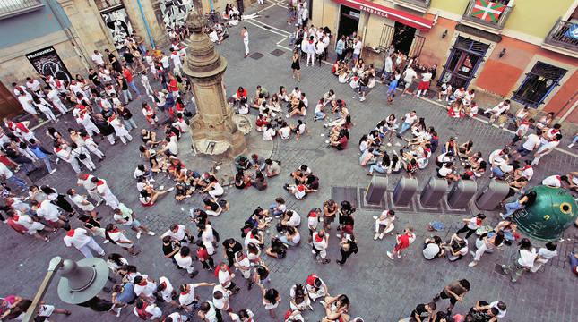 Música y concentración de gente en la plaza de Navarrería.