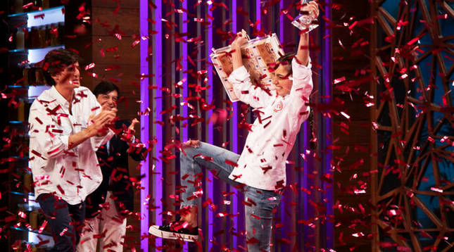 Ana celebra la victoria.