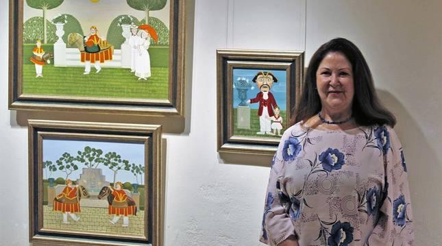 Foto de Carmen Corcelles junto a las obras Tradición (arriba, Zaldikos jugando y Kiliki (detrás de la artista).