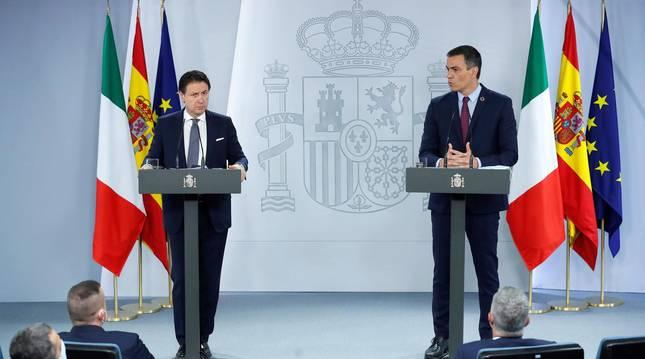 Foto del presidente del Gobierno, Pedro Sánchez, y el primer ministro italiano, Giuseppe Conte, durante la rueda de prensa conjunta tras su encuentro en el Palacio de la Moncloa, este miércoles.