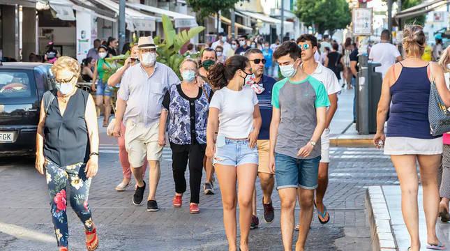 Gente paseando por la calle Ancha de Punta Umbría (Huelva) el 3 de julio de 2020.