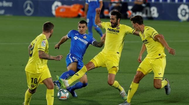 El centrocampista del Villarreal Vicente Iborra (2d) lucha con el uruguayo Mauro Arambarri (2i), del Getafe CF.