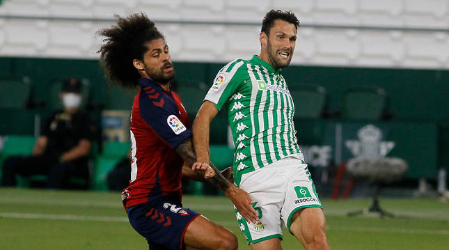Aridane Hernández trata de frenar a Alfonso Pedraza, autor del segundo gol del Betis
