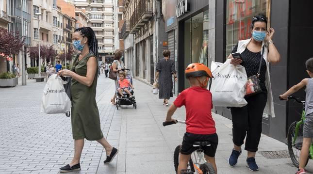 Foto de dos vecinas paseando con bolsas de compra en la céntrica calle Gaztambide-Carrera de Tudela.