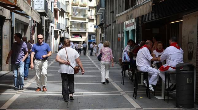 Foto de la calle Pozoblanco el día 6 de julio, con poca gente en esta zona del Casco Antiguo.
