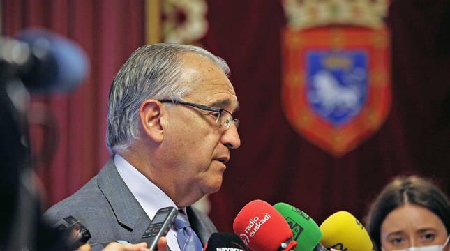 Enrique Maya, en la rueda de prensa en el Ayuntamiento de Pamplona.