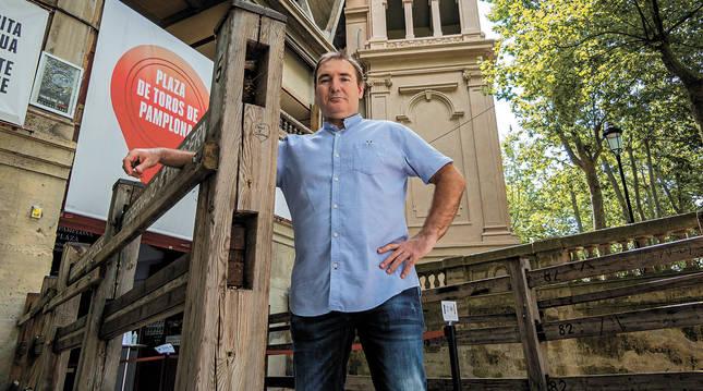 Íñigo Orive Fernández, se apoya en uno de los tablones a la entrada del coso taurino.