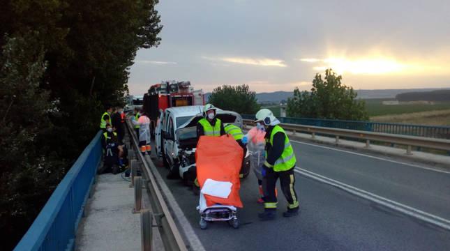 Bomberos trasladan a los heridos en Castejón.