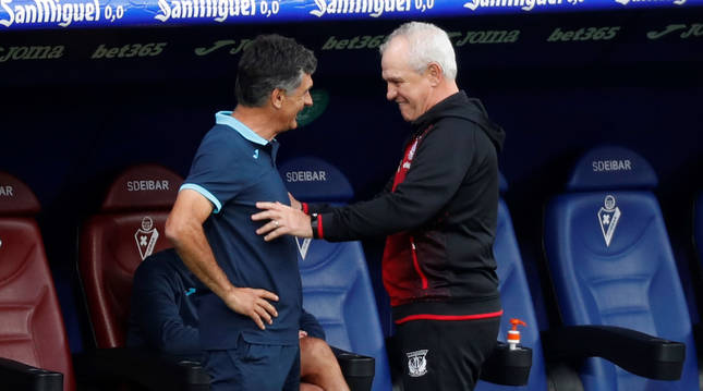Los exentrenadores de Osasuna Javier Aguirre y José Luis Mendilibar se saludan antes del encuentro entre Eibar y Leganés.