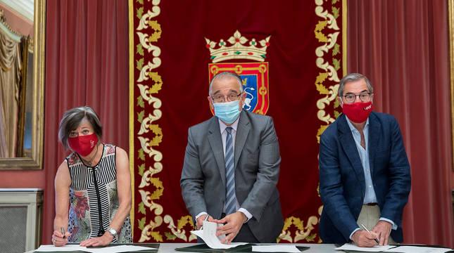 Firma de la cesión de la colección Pi Fernandino al Ayuntamiento de Pamplona.