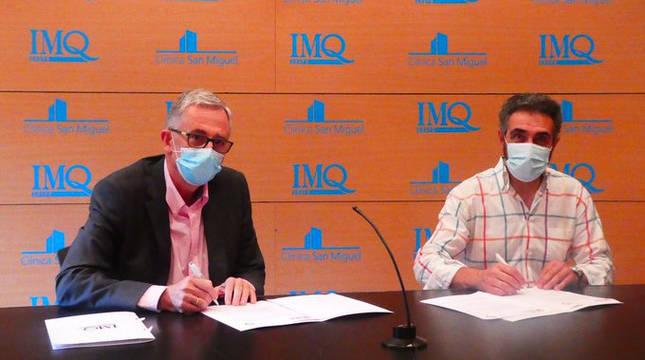 El director general del grupo IMQ, José Mª Bariain, y el presidente de la Sociedad Anaitasuna, Miguel Ollacarizqueta, suscriben el acuerdo.