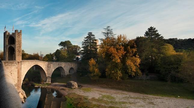 Imagen del puente medieval de Besalú, en Girona