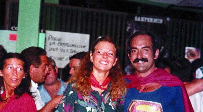 Foto de Linda Ward, con Fernando Lizaur, en los Sanfermines de 1979.