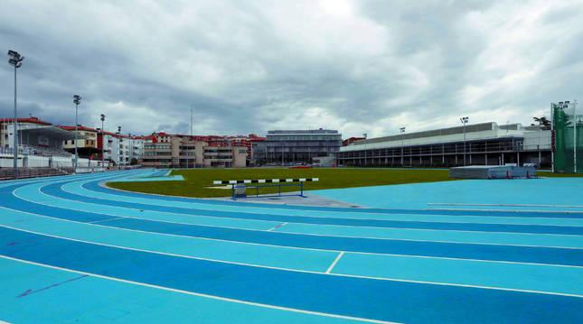 Foto del estadio de Larrabide. El volvió a acoger entrenamientos de atletas y esta tarde vivirá su primera competición tras el confinamiento.