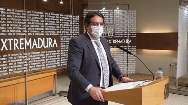 El consejero de Sanidad, José María Vergeles, en rueda de prensa en Mérida.