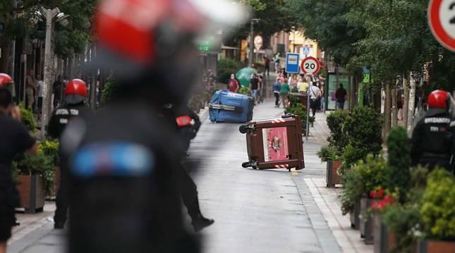Foto de contenedores tirados en los incidentes del mitin de Vox en Barakaldo el 9 de julio de 2020.