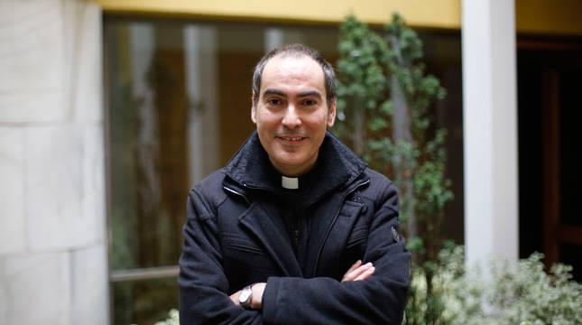 El pamplonés Rafael Pardo, de 42 años, es párroco de Cirauqui y Mañeru y estudiante universitario de Psicología.