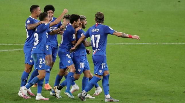 Foto de los jugadores del Sevilla celebrando el primer gol ante el Athletic en San Mamés en partido de Liga.