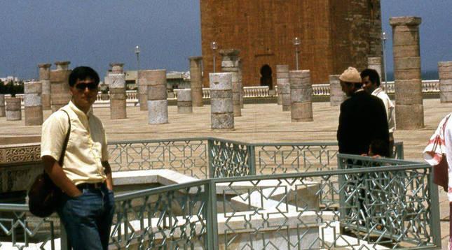 1984. El entonces estudiante universitario Javier Armentia, posando ante la torre Hasán, en Rabat, en el final del viaje a Marruecos y tras haber experimentado por primera vez un eclipse. Con sus compañeros visitó también Fez, Meknes, Casablanca, El Yadida y Tánger.