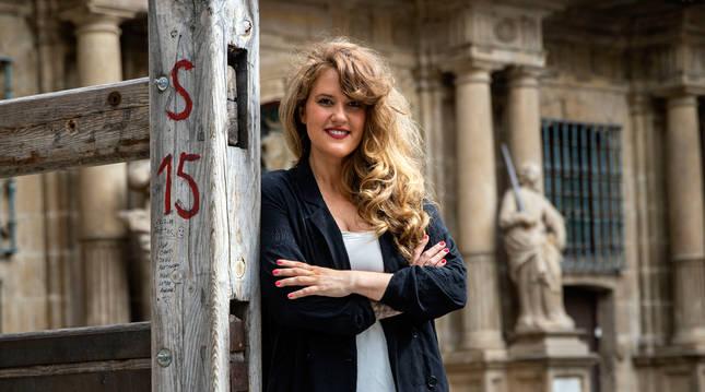 Apoyada en el tramo de vallado, convertido en icono, Adriana Eransus Azpilicueta.