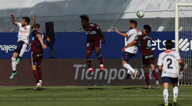 Jose Arnaiz salta por encima de Bradaric para peinar el balón y anotar el tanto del triunfo ante el Celta, ayer en El Sadar.