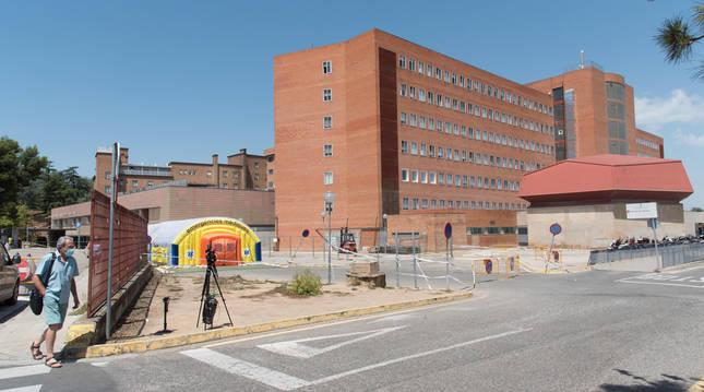 Un señor pasa ante el Hospital Arnau de Vilanova de Lleida este viernes.