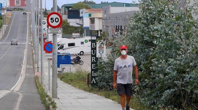 Foto de un hombre caminando por el polígono de Burela, en Lugo.