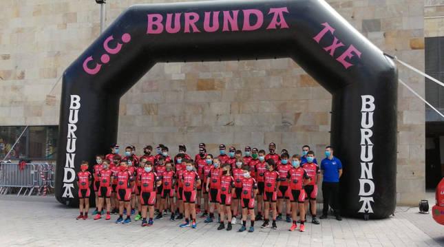 Las plantillas de todos los equipos del Club Ciclista Burunda, ayer por la mañana en la Casa de Cultura de Alsasua.