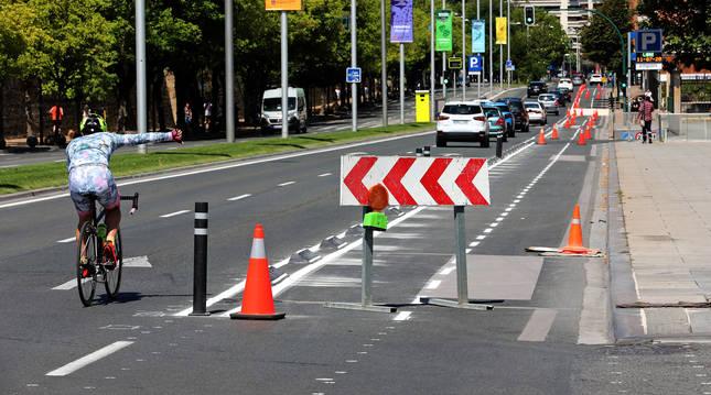 Un ciclista circula ayer por la avenida del Ejército, por la calzada y junto al nuevo carril bici todavía sin estrenar.