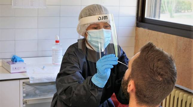 Foto de la realización de una prueba PCR en el Hospital Reina Sofía de Tudela.