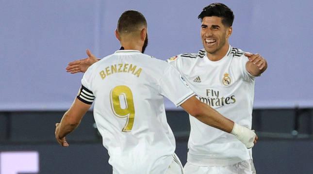 El delantero del Real Madrid Marco Asensio (d) celebra con Benzemá tras marcar el segundo gol ante el Alavés.