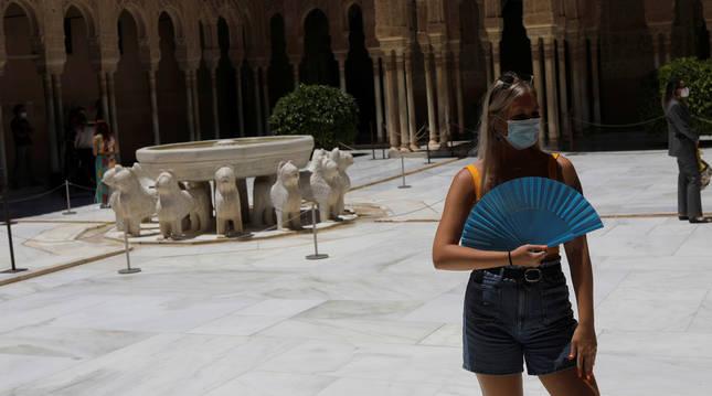 Foto de una turista en la Alhambra de Granada tras reabrirse después de la crisis del coronavirus.