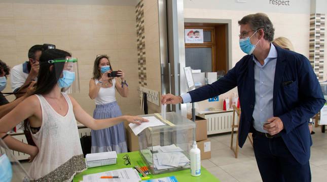 Foto de Alberto Núñez Feijóo depositando su voto en las elecciones del 12 de julio.
