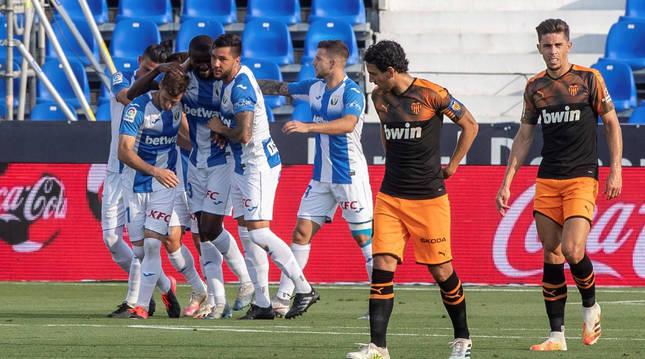 Los jugadores del Leganés celebran el gol de Rubén Pérez que daba la victoria a los de Aguirre ante el Valencia.