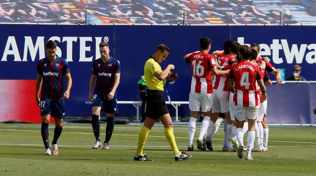Los jugadores del Athletic Club celebran el 0-1 de Raúl García ante el Levante.