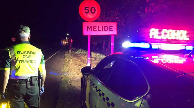 Control de alcoholemia de la Guardia Civil en la entrada a la localidad gallega de Melide.