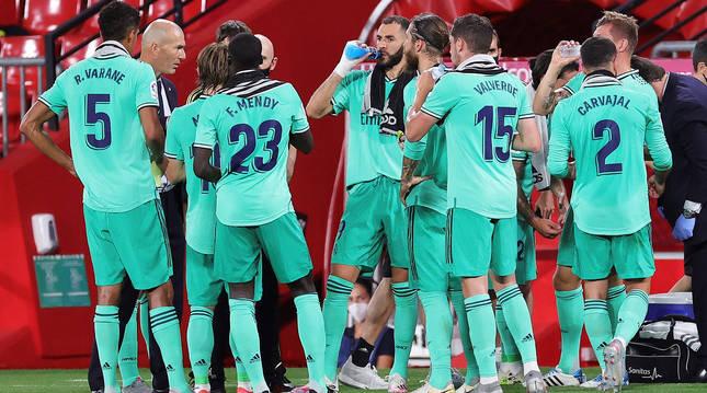 Los jugadores del Real Madrid se refrescan en una de las pausas durante el choque en Los Cármenes.