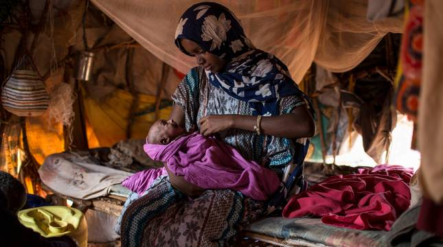 Una mujer desplazada y su bebé desnutrido en Somalia.
