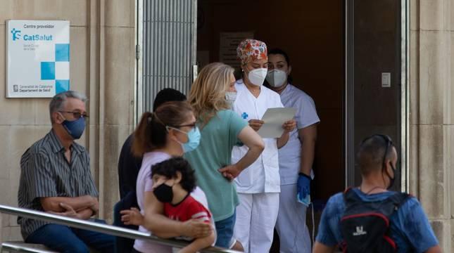 Una enfermera comprueba la lista de pacientes en el CAP Prat de la Riba de Lleida, donde se centraliza la atención a los posibles afectados por la covid-19.