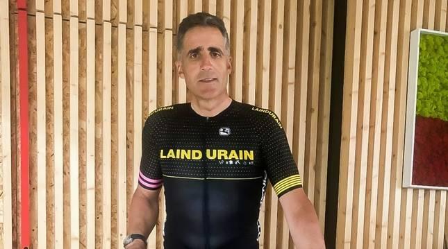 Miguel Induráin, con el maillot conmemorativo.