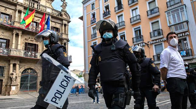 Agentes de Policía Nacional en la plaza Consistorial el pasado 6 de julio.