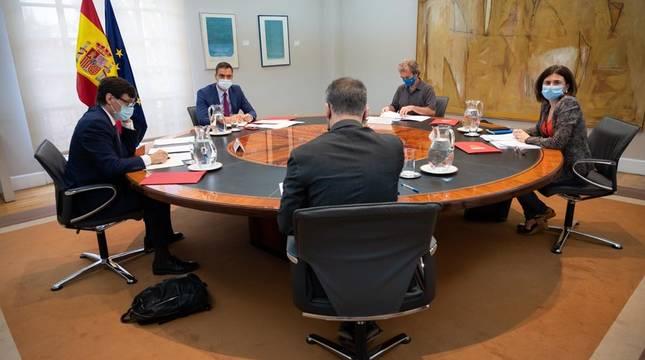 El ministro de Sanidad, Salvador Illa (1i); el presidente del Gobierno, Pedro Sánchez (2i); el director del Centro de Coordinación de Alertas y Emergencias Sanitarias (CCAES), Fernando Simón (3i); y la directora adjunta del CCAES, María José Sierra, durante una reunión del Comité de seguimiento del coronavirus