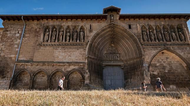 La iglesia del Santo Sepulcro de Estella, el templo cerrado al culto que se alza junto a una amplia explanada.