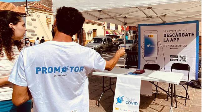 Promotores de Radar Covid en las calles de San Sebastián de La Gomera. Secretaría de Estado de Digitalización e Inteligencia Artificial. Vicepresidencia de Asuntos Económicos y Transformación Digital. Gobierno de España.