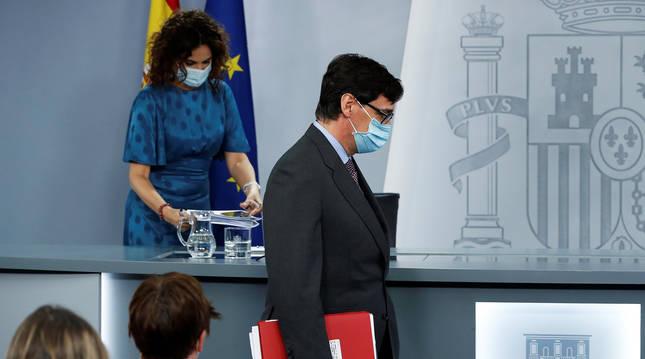 La portavoz del Gobierno, María Jesús Montero (izda.) y el ministro de Sanidad, Salvador Illa, antes de la comparecencia este martes 14 de julio.