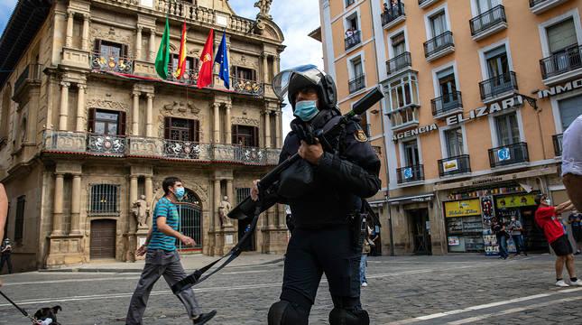 Un agente de la Policía Nacional, en la plaza Consistorial el día 6.