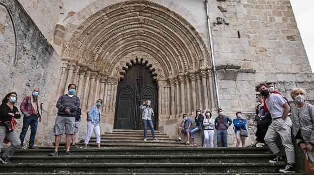 Joana Aramendía, guía de Navark, durante la explicación a los visitantes en la escalinata antes de acceder al interior de San Pedro